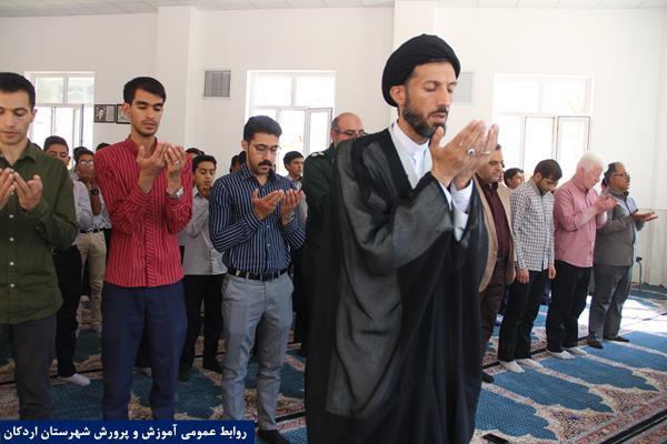 برگزاری نماز جماعت در آموزشگاه حائریان به امامت امام جمعه اردکان