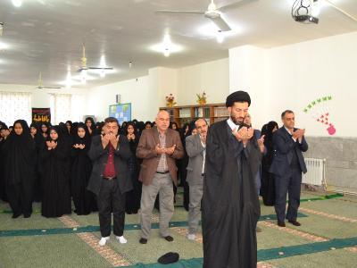 برگزاری نماز جماعت در دبیرستان خادم زاده به امامت امام جمعه اردکان