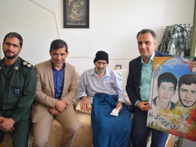 حضور فرمانده مقاموت بسیج اردکان در منزل شهید حاجی اسماعیلی و پیشکسوت فرهنگی مهرحسینی