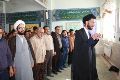 برگزاری نماز جماعت در دبیرستان استقلال